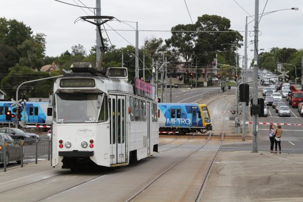 Z1.52 on route 72 waits for X'Trapolis 931M on an up Glen Waverley service at Gardiner station