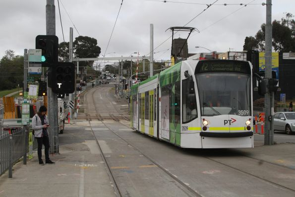 D1.3509 crosses the Gardiner tramway square with a Camberwell bound route 72 service