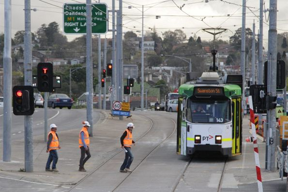 Z3.143 about to cross the tram square at Gardiner with a citybound route 72 service