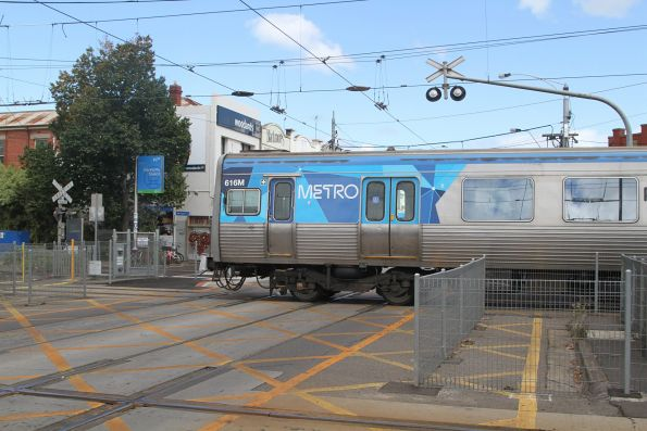 Comeng 616M crosses the tram square at Glenhuntly