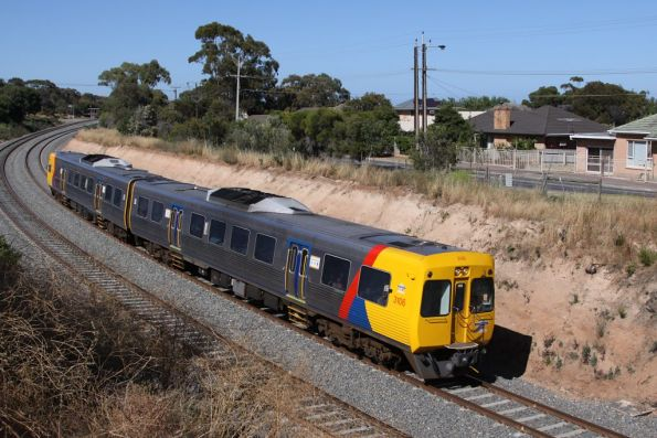 Comeng 3106 leads an up train out of Marino, bound for Seacliff
