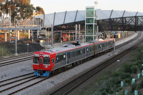3121 departs Adelaide Showground station on an up Belair service