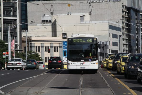 Transdev bus 7827AO on route 220 crosses Queens Bridge in the Melbourne CBD