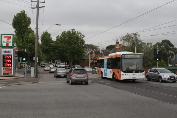 Transdev #438 rego 9038AO on route 220 waits to turn from Malvern into Orrong Road