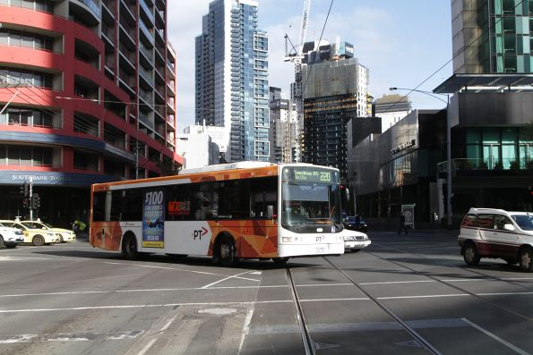 Transdev #431 rego 7831AO on route 220 turns into the rebuilt tram and bus lane on Queensbridge Street
