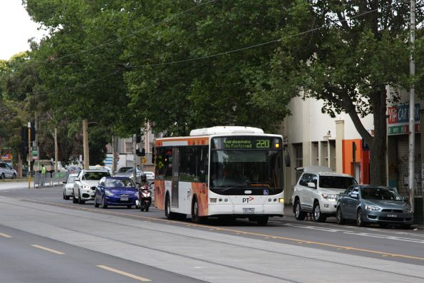Transdev bus #421 rego 7521AO heads south on William Street with a route 220 service