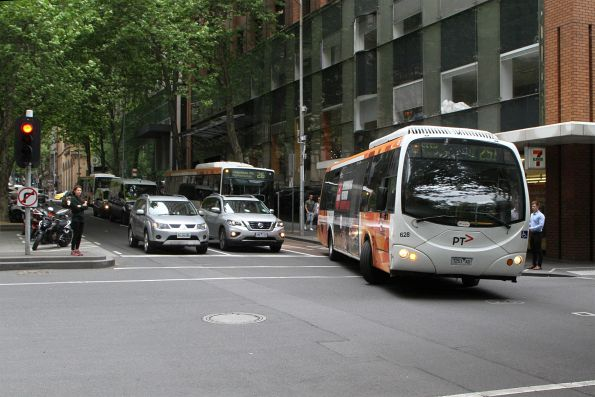 Transdev bus #628 7251AO does a u-turn on route 251 at Queen Street and Flinders Lane