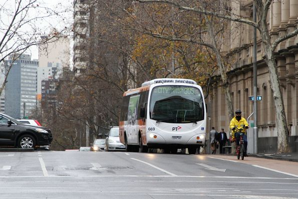 Transdev bus #669 7292AO heads west on route 305 at Lonsdale and William Street