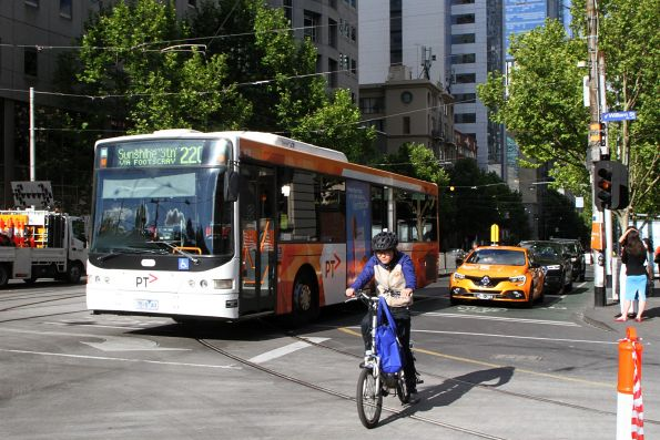 Transdev bus #418 7518AO heads west on route 220 at La Trobe and William Street