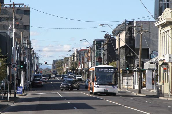 Transdev bus #1133 BS05AI on route 200 along Johnstone Street, Fitzroy