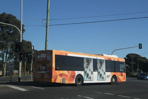 Transdev bus #105 BS00SW on a route 903 service gets the 'B' light at Geelong Road and McDonald Road