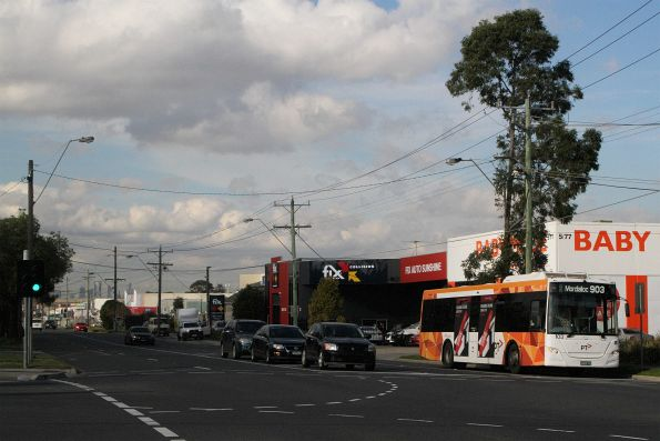 Transdev bus #103 BS00RZ waiting for the 'B' light at Wright Street and Hampshire Road