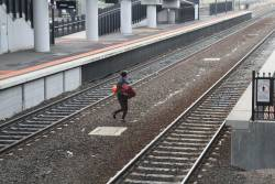 Jumping across the tracks at Sunshine station to avoid getting booked by Authorised Officers at concourse level