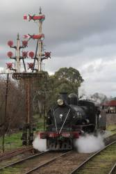 D3 639 passes the signal mast at Castlemaine