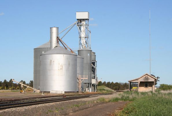 Berrybank: Murphy silo in foreground, Aquila silo behind