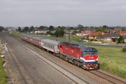 N471 departs Albion Loop on a diverted down Shepparton train