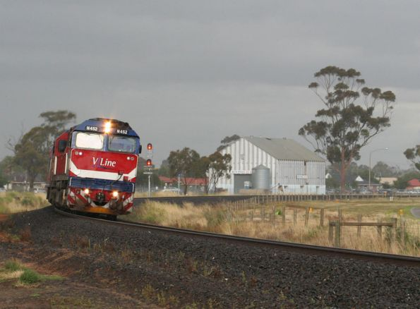 N452 departs Melton for Bacchus Marsh in the rain