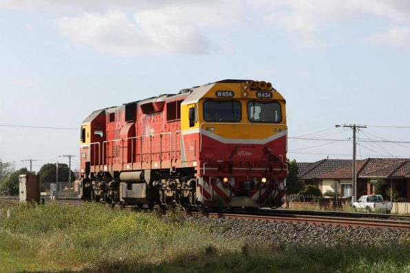 Passing through Ardeer on the down: N454 heads light engine