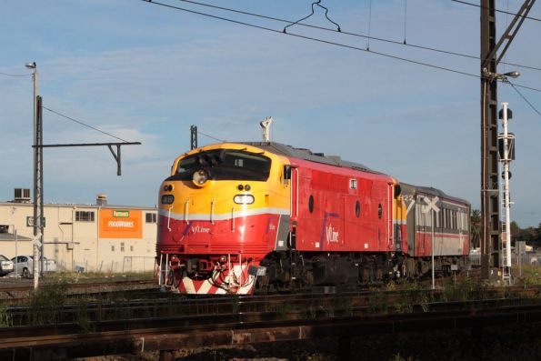 A66 joins the mainline at Sunshine with an up Bacchus Marsh service