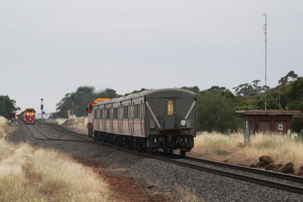 N474 leads a 6-car Bacchus Marsh commuter service into Parwan Loop, with a empty push-pull consist still waiting