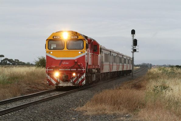 N474 leads an up Bacchus marsh service towards the Hopkins Road level crossing, Rockbank