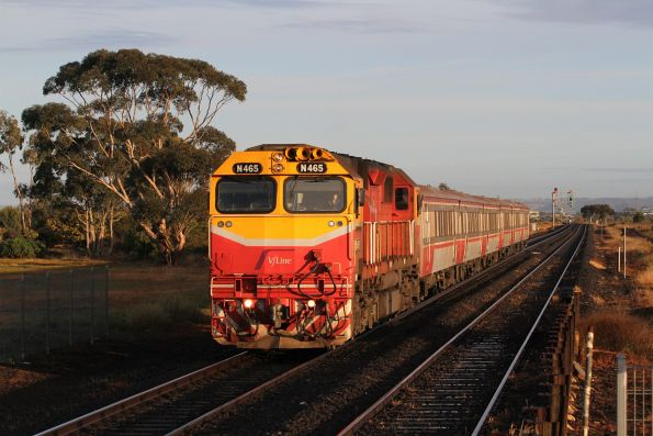 N465 arrives into Rockbank with an up Bacchus Marsh service