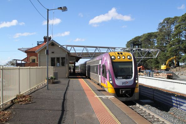 Solo VLocity VL05 arrives into Ballan on the down