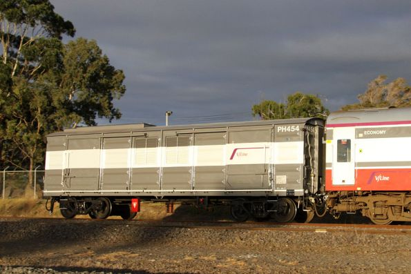 Power van PH454 trailing an N set at North Shore