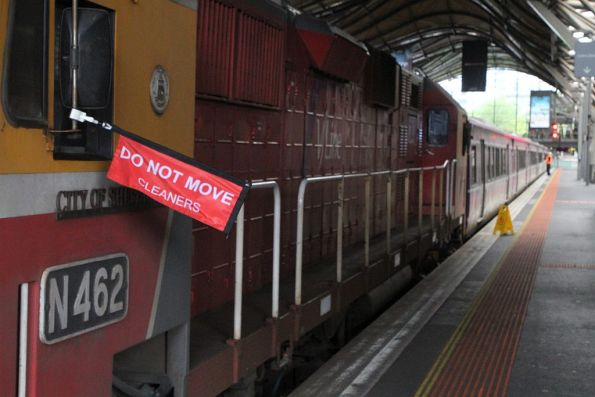 'Do not move cleaners' flag attached to N462 at Southern Cross Station