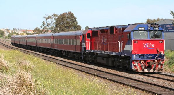 N455 leads carriage set SN7 on test at North Geelong