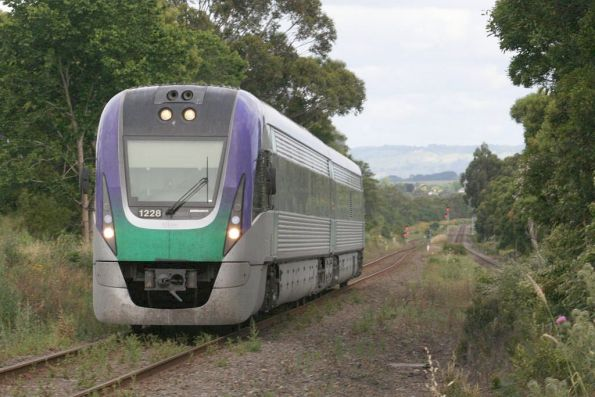 VL28 climbs out of Warragul on the split tracks approaching the weird Lardners Track level crossing