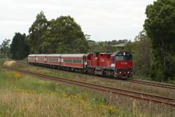 N464 climbs out of Warragul on the split tracks