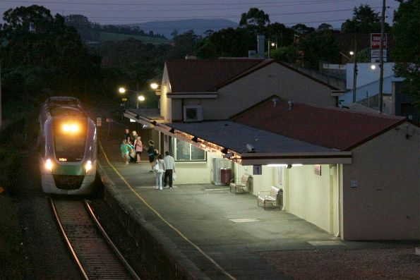 VL31 arrives into Drouin on the down as night falls