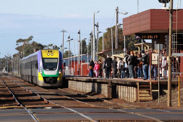 3VL40 arrives into South Geelong, school holiday crowds filling the platform
