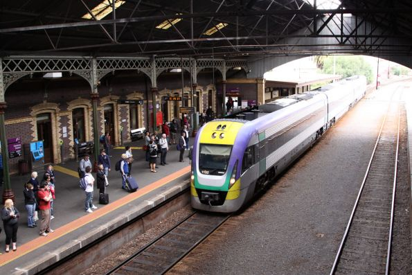 3VL32 arrives into Geelong station on the up