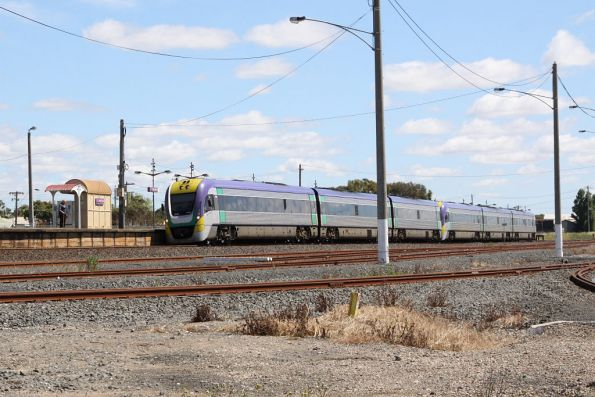 Pair of 3VL units stop at North Shore on the down