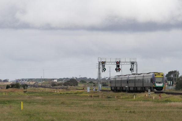 Down Geelong service approaching Manor Junction receives a 'reduce to medium' signal aspect at Werribee Racecourse