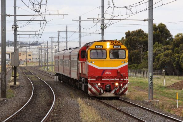 N461 climbs upgrade into Hoppers Crossing with the down Warrnambool