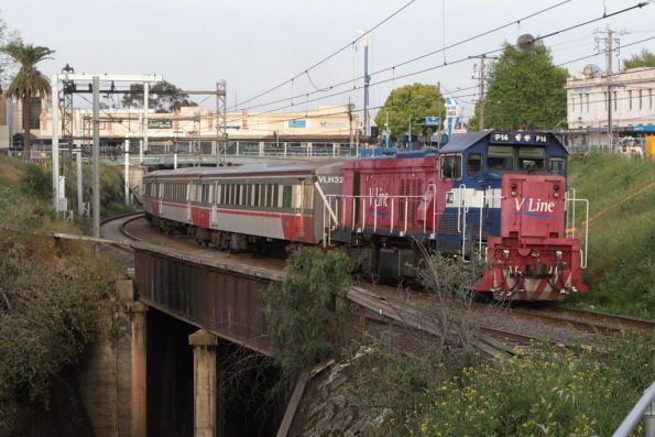 P14 leads set VLH32 push-pull into Footscray on the up