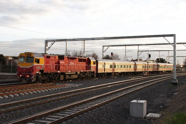 N471 leads the up Swan Hill train through Middle Footscray