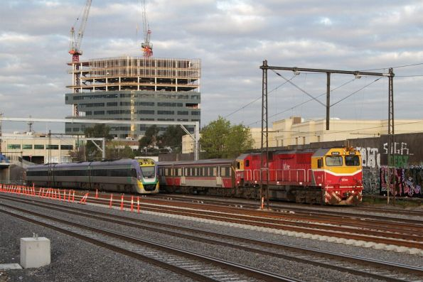 N458 on the down at Footscray, passing a citybound VLocity
