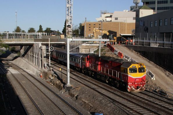 N473 leads the down Swan Hill pass through the cutting at Footscray