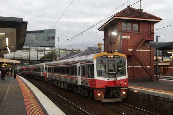 Sprinter 7022 and two classmates lead an up Geelong service at Footscray platform 5