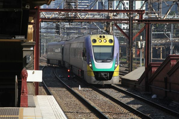 VLocity VL37 arrives into Flinders Street platform 7 with a down Traralgon service