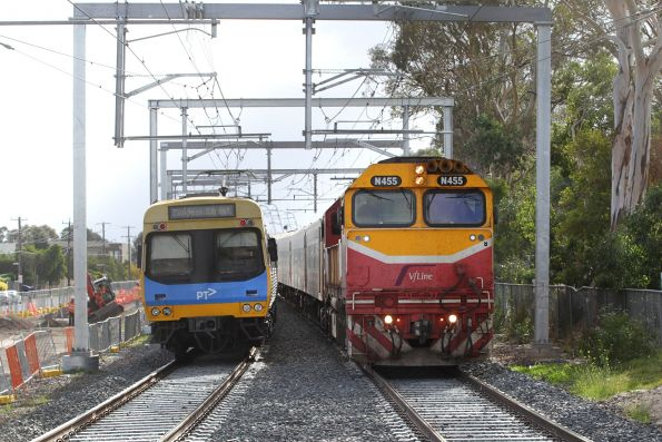 N455 approaches Yarraman station with a down Bairnsdale service