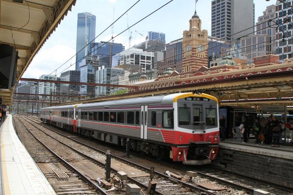 Sprinter 7018 and two classmates on a down Traralgon service at Flinders Street platform 9