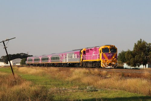 N457 leads power van PCJ492 and carriage set SN8 on the up Albury service at Albion