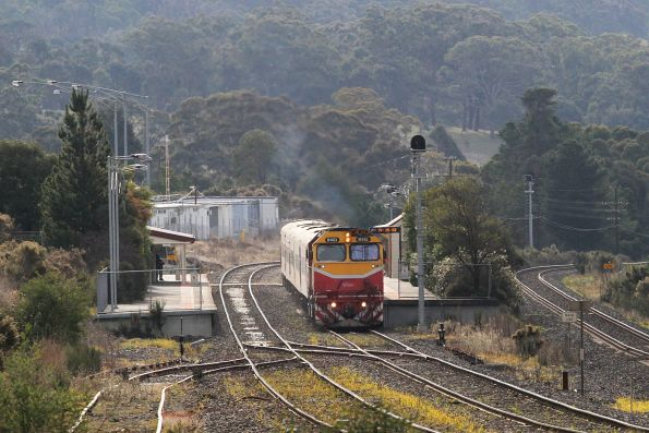 N461 pauses at Kilmore East with the up Shepparton service