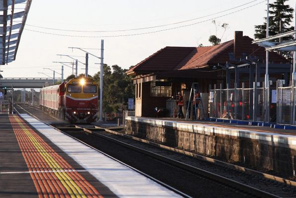 N458 leads the up Swan Hill through Diggers Rest on the up
