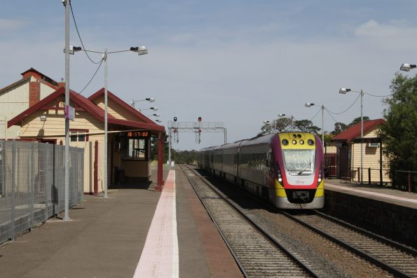 VLocity 3VL47 and classmate arrive into Clarkefield with a down Bendigo service